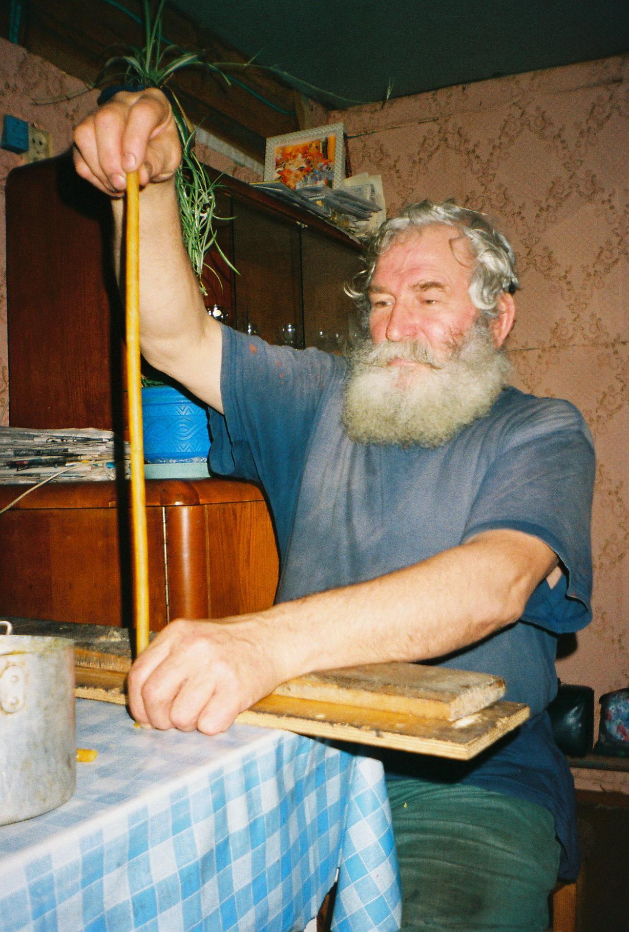 Адзін з духоўных лідараў віцебскіх папоўцаў за суканьнем сьвечак, 2005